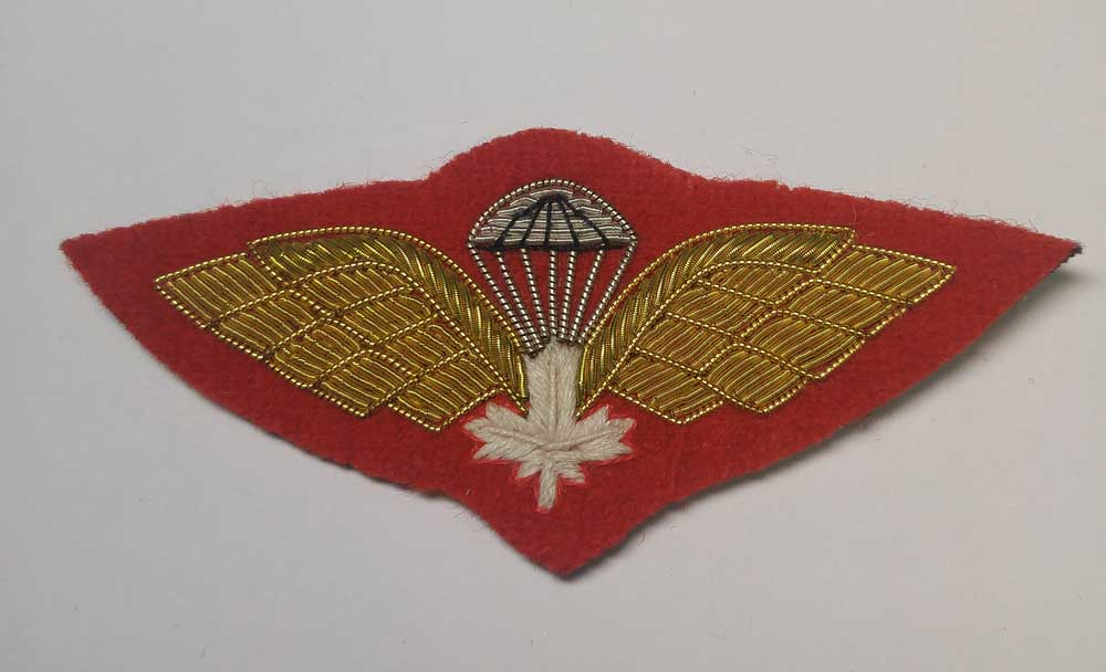 Crest: Paratroop Wings with White Maple Leaf
